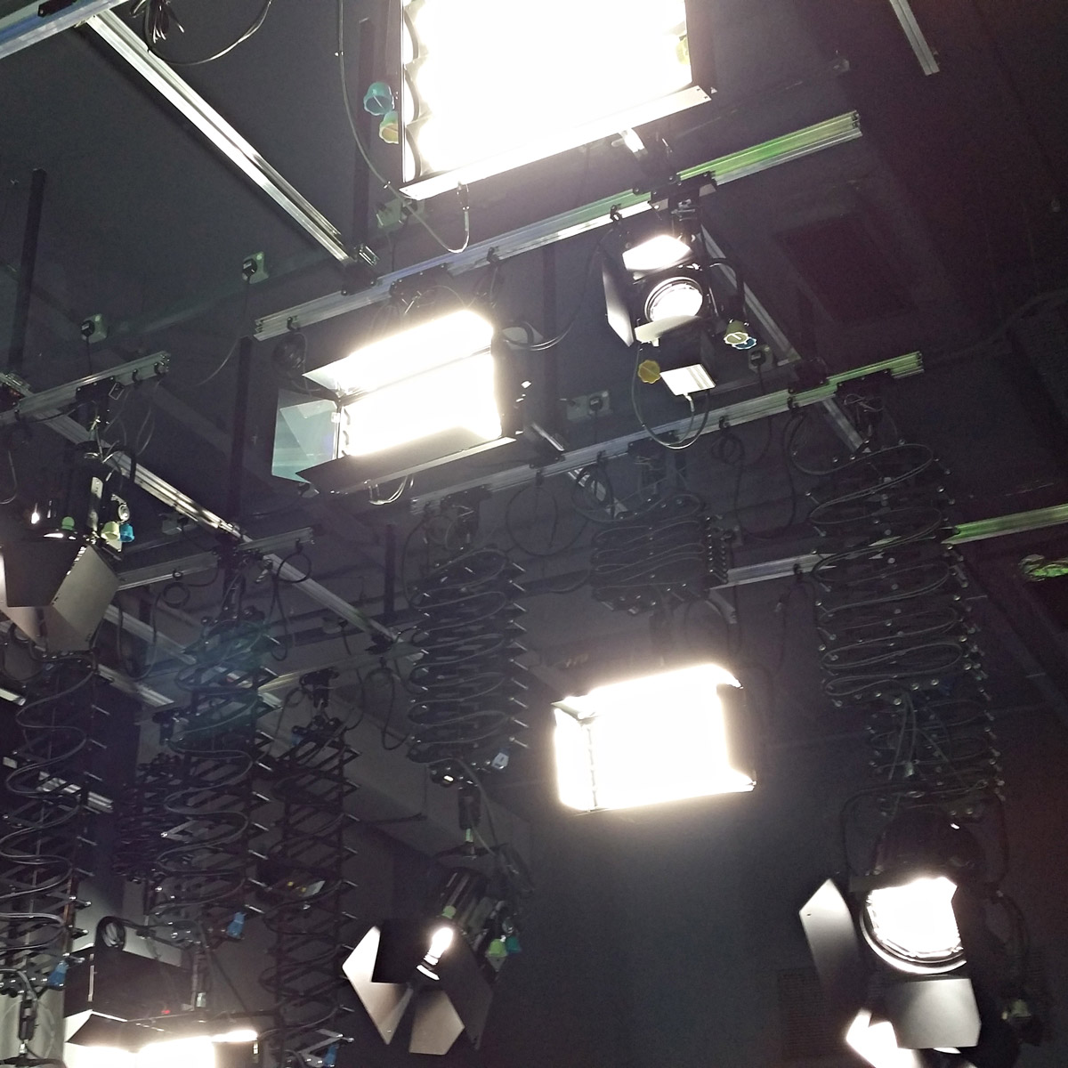 Cosmolight brand offers an extensive range of portable professional luminaires and accessories for video productions photographic applications